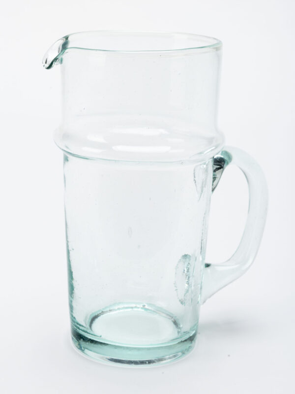 Jarra con asa de vidrio soplado reciclado