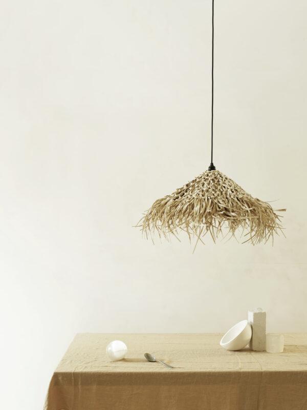 Lámpara hecha a mano de hojas de palma